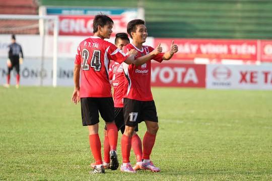Tài Lộc và Tuấn Tài ăn mừng bàn thắng