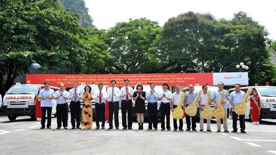 Đại diện Ban Lãnh đạo VietinBank trao chìa khóa tượng trưng 5 xe ô tô cứu thương cho tỉnh Quảng Ninh