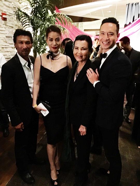 cặp đôi chụp ảnh cùng nữ diễn viên người Việt nổi tiếng tại Mỹ - Kiều Chinh