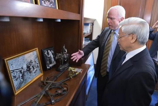 Thượng Nghị sĩ Mỹ John McCain đưa Tổng Bí thư Nguyễn Phú Trọng thăm văn phòng của mình tại trụ sở Quốc hội Mỹ
