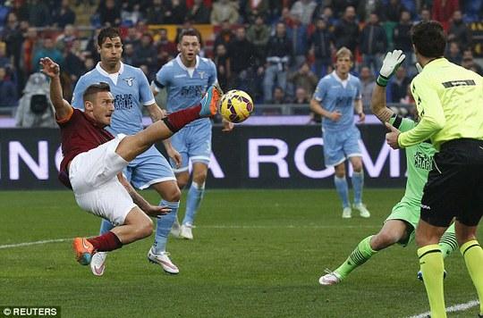 Cả SVĐ Olimpico nổ tung sau bàn thắng của Totti