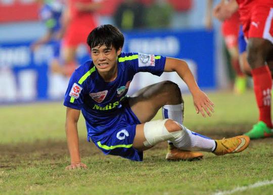 Văn Toàn bất lực trước hàng phòng thủ chơi quyết liệt của Hải Phòng ở vòng 4 V-League