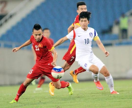 Tiền vệ Huy Toàn tranh bóng với các cầu thủ U23 Hàn Quốc