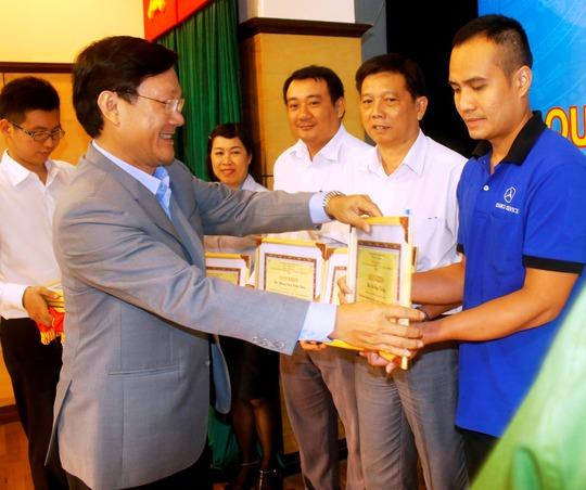 Ông Trần Quốc Toản, Tổng giám đốc Samco, khen thưởng các đơn vị thực hiện tốt công tác AT-VSLĐ-PCCN
