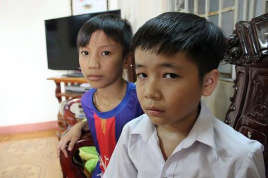 Hai em Trương Bá Quý (sau) và Nguyễn Tuấn Minh (lớp 6A4) bị cô Hương cắt tóc - Ảnh: Nhất Nguyên