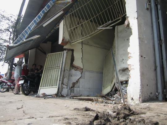 Nhiều bức tường đổ sập cùng các thanh cửa sắt bị bẻ cong, biến dạng sau cú tông mạnh.