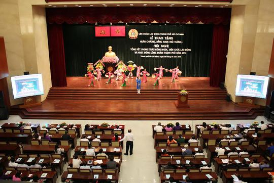 Chương trình văn nghệ của CNVC-LĐ tại lễ tổng kết phong trào CNVC-LĐ và hoạt động Công đoàn TP năm 2104 Ảnh: HOÀNG TRIỀU