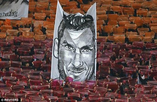 """Lập kỷ lục trận derby, Totti """"tự sướng"""" ngay trên sân"""