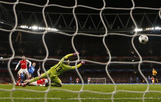 Berbatov ghi bàn trước sự bất lực của 3 hậu vệ Arsenal và thủ môn Ospina
