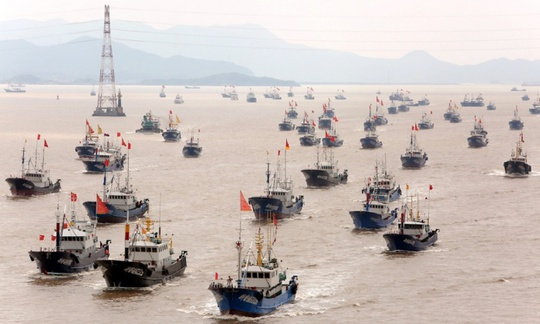 Tàu cá Trung Quốc rời Hải Nam trản xuống biển Đông sau thời gian cấm đánh bắt năm 2014. Ảnh: Corbis