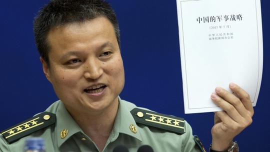 Ông Dương Vũ Quân và Sách trắng Quốc phòng công bố hôm 26-5. Ảnh: AP