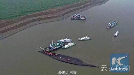 Con tàu lật úp giữa sông. Ảnh: News China