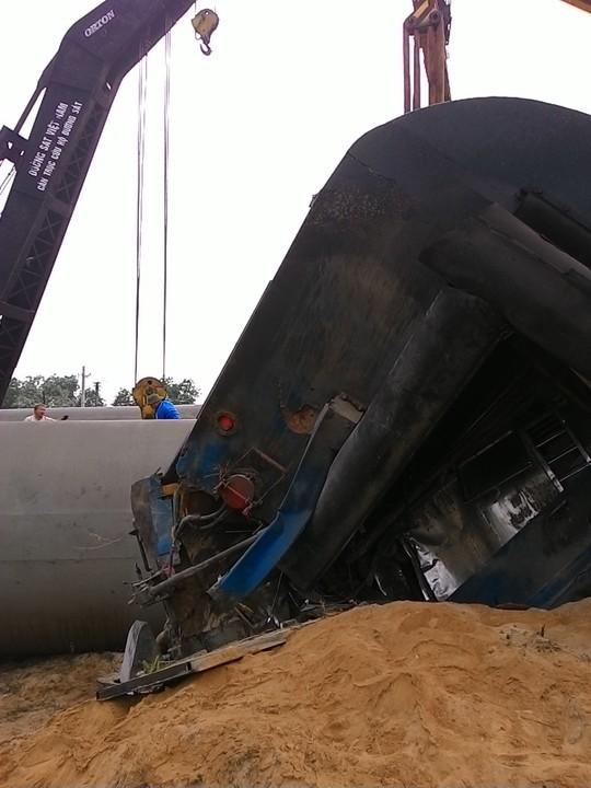 Tàu hỏa tông ô tô: Lái tàu tử vong, cần cẩu cứu hộ bị lật