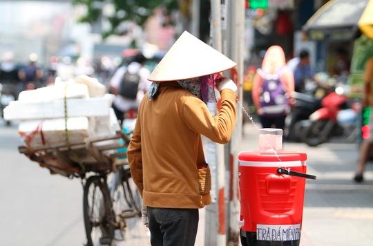 """Các thùng trà đá miễn phí do những """"người tử tế"""" chuẩn bị sẵn bên lề đường cũng góp phần giúp người đi đường hạ nhiệt ngay tại chỗ"""