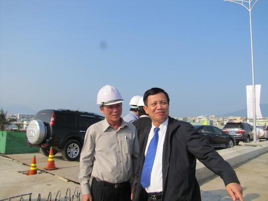 Bí thư Thành ủy Trần Thọ (bên phải) kiên quyết giải tán không những ban chỉ đạo không hiệu quả. Ảnh: Hoàng Dũng