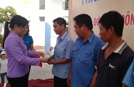 Bà Nguyễn Trần Phượng Trân, Phó Chủ tịch LĐLĐ TP HCM, trao vốn CEP cho CN quận Bình Tân ẢNH: MAI CHI