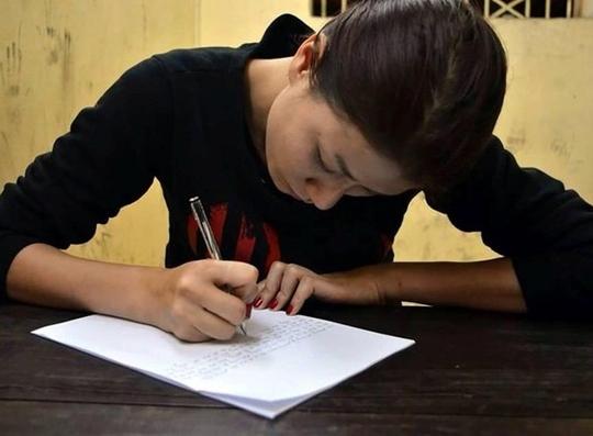 Trang Trần viết bản kiểm điểm tại cơ quan công an
