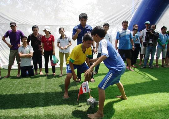 Các em khuyết tật tranh tài ở phần thi cướp cờ