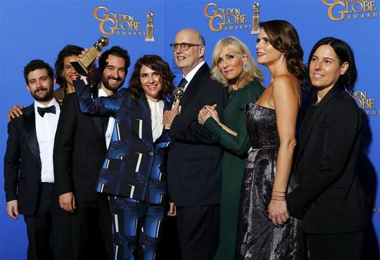 Đoàn làm phim Transparent nhận giải Phim truyền hình hài/nhạc kịch xuất sắc nhất. Ảnh: Reuters