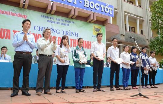 Đại diện Công ty CP phân bón Bình Điền trao học bổng cho học sinh nghèo vượt khó