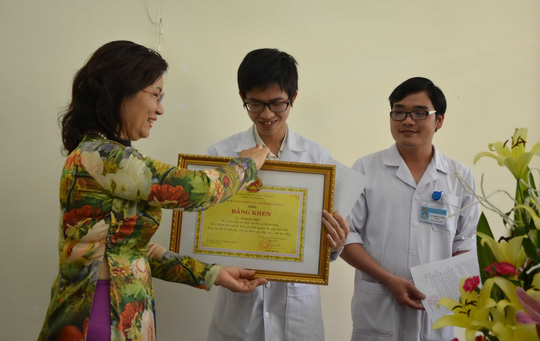 Lãnh đạo Sở Y tế trao bằng khen của Chủ tịch UBND TP Đà Nẵng cho bác sĩ Hiệu và bác sĩ Tuyên