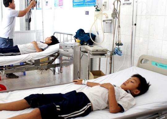Học sinh tiểu học Võ Thị Sáu được điều trị sau suất ăn trưa