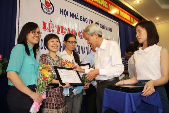 Tác giả Thùy Trang Báo Người Lao Động nhận giải