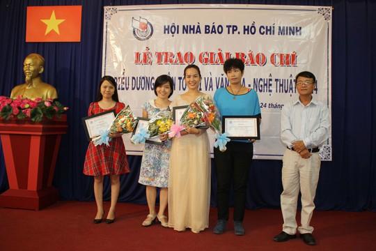 Tác giả Minh Nga (ngoài cùng, bên trái) nhận giải)