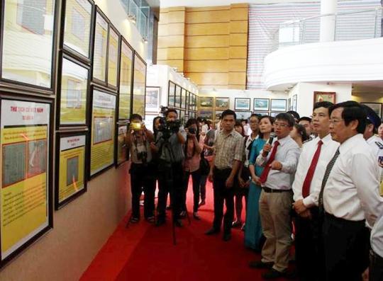 Bộ trưởng Bộ Thông tin-Truyền thông Nguyễn Bắc Son (bìa phải) cùng lãnh đạo tỉnh Thanh Hóa tại triển lãm
