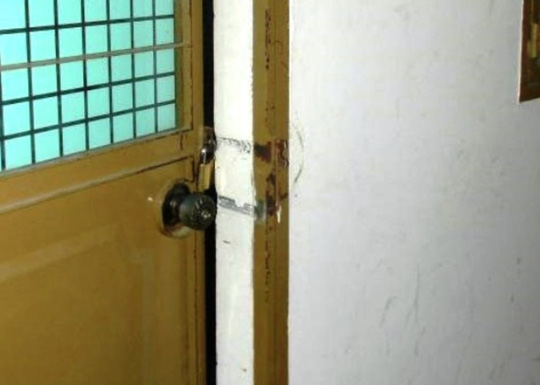 Cửa phòng kế toán UBND huyện Tuyên Hóa bị trộm phá tan