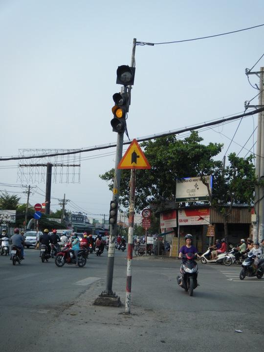 Trụ đèn giao thông giữa đường