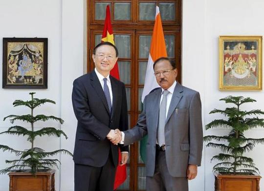 Ủy viên quốc vụ viện Trung Quốc Dương Khiết Trì (trái) bắt tay cố vấn an ninh quốc gia Ấn Độ Ajit Kumar Doval trước vòng đàm phán thứ 18 tại New Delhi. Ảnh: Reuters