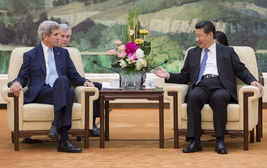 Chủ tịch Trung Quốc Tập Cận Bình (phải) tiếp Ngoại trưởng Mỹ John Kerry hôm 17-5. Ảnh: REUTERS