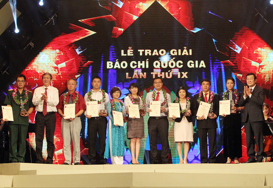 Chủ tịch nước Trương Tấn Sang trao giải thưởng cho các tác giả đoạt giải báo chí quốc gia lần thứ 9 Ảnh: TTXVN