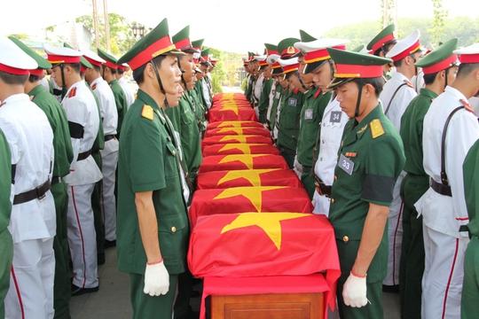 Hài cốt liệt sĩ được cất bốc khỏi hố chôn đưa về an táng tại nghĩa trang Dầu Tiếng