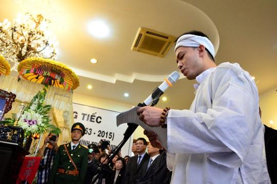Ông Nguyễn Bá Cảnh thay mặt gia đình nói lời cảm ơn trong lễ truy điệu