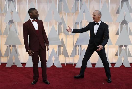 David Oyelowo và Michael Keaton trò chuyện cùng nhau
