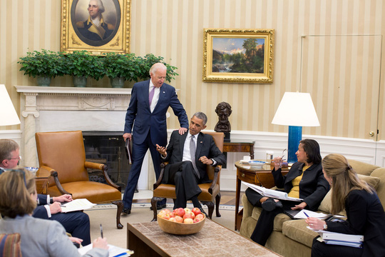 Nhận sự chúc mừng của Phó Tổng thống Joe Biden. Ảnh: Nhà Trắng