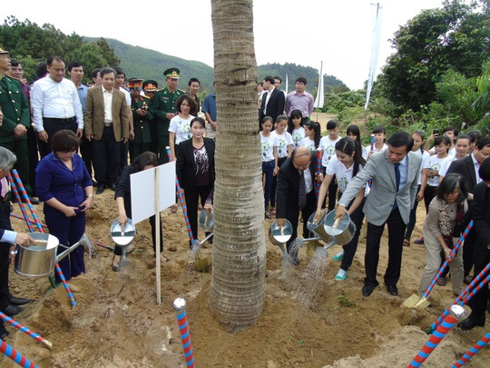 Các đoàn viên, thanh niên tham gia trồng cây tại Khu mộ Đại tướng.