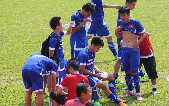Các tuyển thủ Olympic chườn đá chống nóng giũa buổi tập