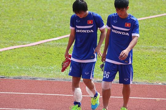 Các cầu thủ rời sân với đá chườm chân