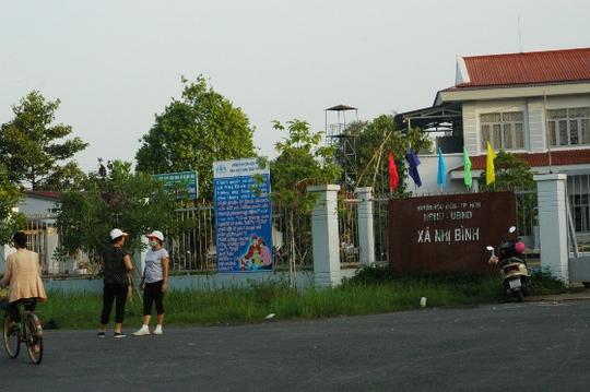 Nhiều người dân đứng trước trụ sở công an Nhị Bình từ sáng sớm