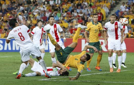 Cahill với pha ngã người móc bóng mở tỉ số cho Úc Ảnh: REUTERS