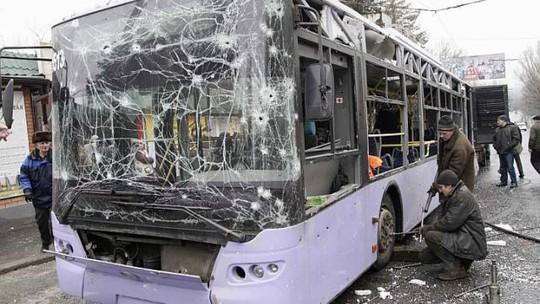 Chiếc xe buýt trúng pháo kích hôm 22-1. Ảnh: Reuters