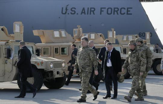 Tổng thống Ukraine Petro Poroshenko tại buổi tiếp nhận xe Humvee của Mỹ. Ảnh: AP