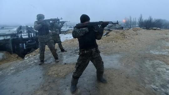 Binh lính Ukraine chiến đấu tại làng Pesky, gần Donetsk hôm 21-1. Ảnh: Rreuters