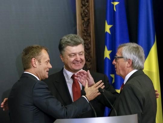 Chủ tịch Hội đồng châu Âu Donald Tusk (trái), Chủ tịch Ủy ban châu Âu Jean-Claude Juncker (phải) và Tổng thống Ukraine Petro Poroshenko trong cuộc họp báo sau hội nghị tại Kiev Ảnh: REUTERS