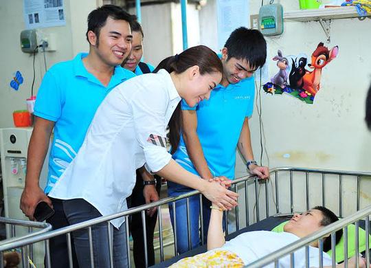Trương Ngọc Ánh hỏi thăm các bạn nhỏ khuyết tật