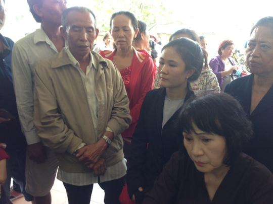 Bà Cẩm (vợ ông Sanh) thất thần chờ nhận xác chồng