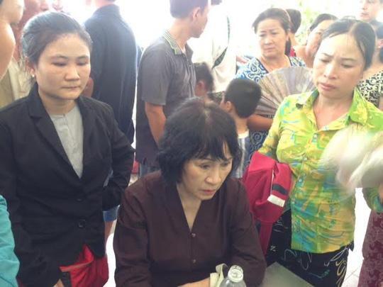 Bà Linda Huỳnh (có 3 người thân tử nạn) thất thần
